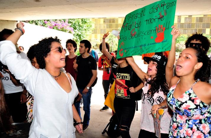 Jovens protestam na Câmara - Foto: Laycer tomaz - Agência Câmara
