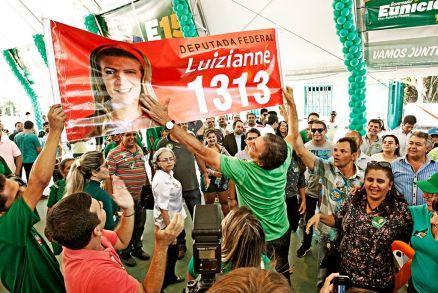 Nas eleições de 2014, Eunício segura banner de Luizianne Lins, adversária de RC e candidata ao cargo de deputada federal - Foto: O Povo Online (Divulgação)